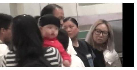 港媒曝张柏芝三胎儿子正面照 同二哥幼时超像