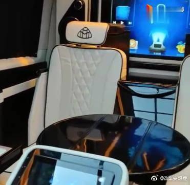 视频:丰田兰德酷路泽改装,简直就是换了个车!真的是很有科技感啊!