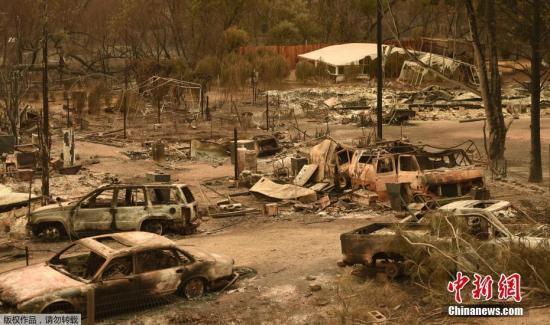 資料圖:加州大火過後一片狼藉,汽車都變成廢鐵。