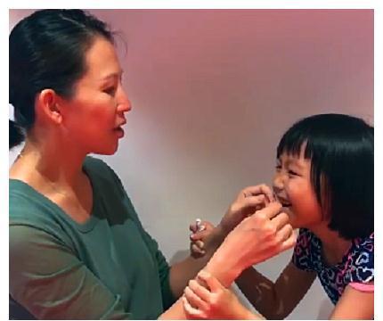 蔡少芬帮女儿拔牙,牙齿被拔下那刻,网友:好勇敢!