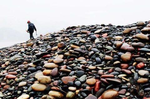 """中国""""福利""""最好村庄,村民没钱就去河边捡石头,靠它娶妻买房"""