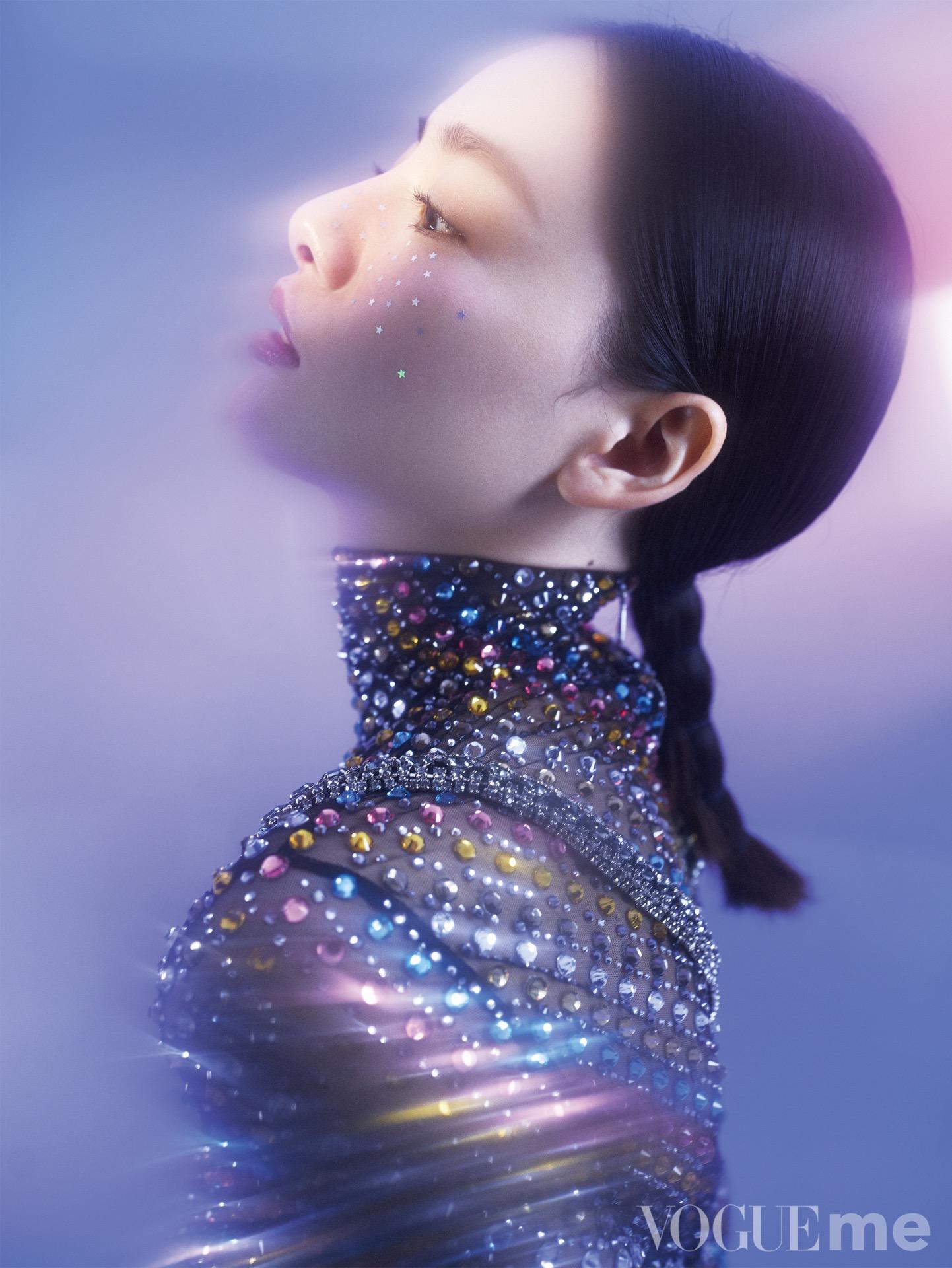 张艺上大片来袭 未来感彩妆展时尚驾驭力