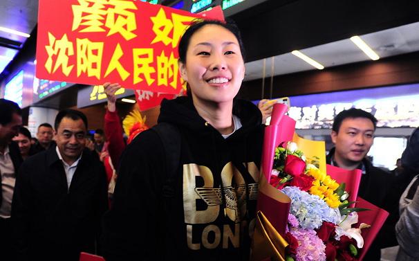 颜妮载誉归来!勇夺世界杯冠军后荣耀归乡,机场人群都沸腾了