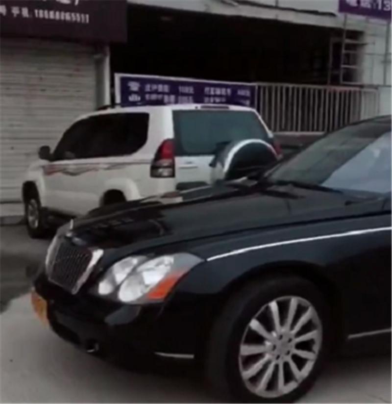 """1100万迈巴赫62S现上海,C证开不了,车身挂黄牌,牌却是""""沪C"""""""