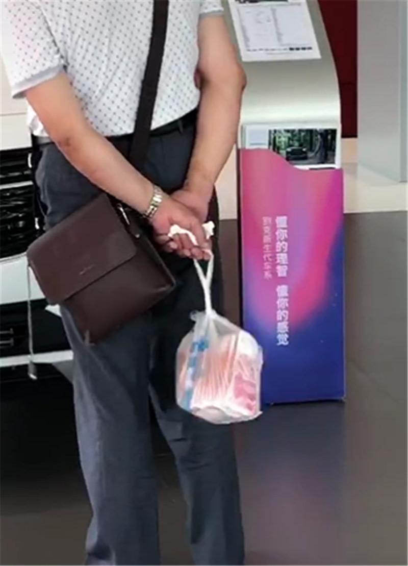 别克4S店进来一位顾客,第一眼看上13万GL6,手提一袋钱成焦点