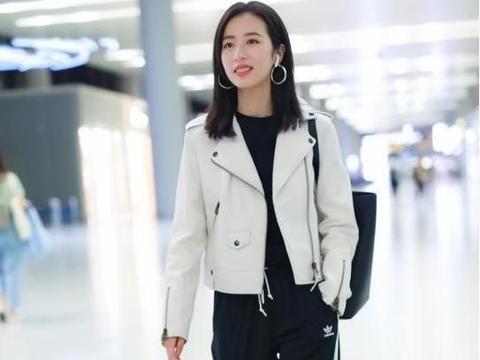 周雨彤走机场太会搭,机车外套加阔腿裤