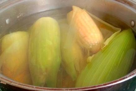 做水煮玉米不要只知道放清水,多加点料,玉米更软糯香甜