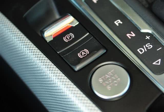 不管车子贵不贵,暴雨天切记关掉这个功能,否则发动机可能会报废
