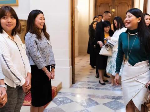 泰国小公主与留学生打成一片,无需跪拜行礼