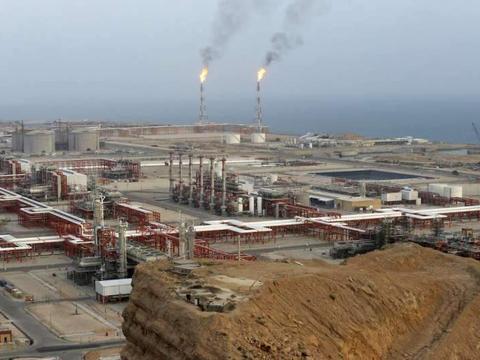 中东伊朗油轮在沙特外海爆炸、原油外泄红海