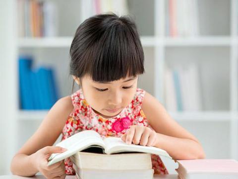 父母给孩子选择课外辅导班,要考虑孩子兴趣,只选对的、不选贵的