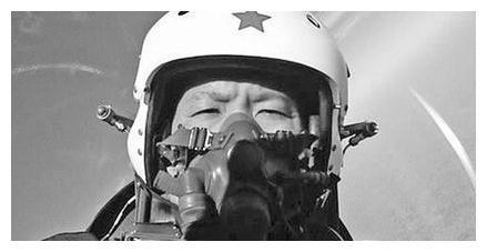 12000米战机突然没油,中国试飞员拒绝跳伞生存,选择了征服枭龙