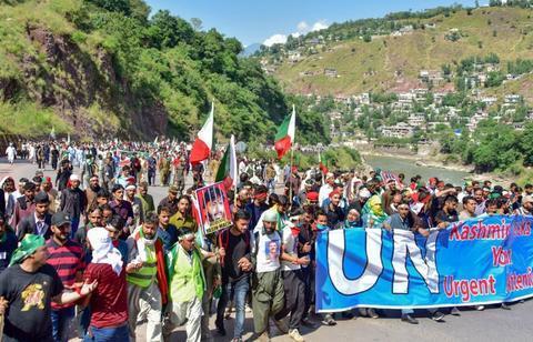 印度逮捕万名示威者,克什米尔人奋起反抗,大批示威者涌进边境区