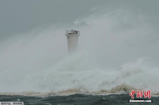"""本地工夫10月12日,日本Atami台风""""海贝思""""去袭,暴风掀起巨浪拍挨岸边。"""