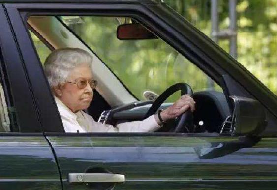 无证驾驶75年,交警见了都不敢拦查,全球最牛女司机只有她