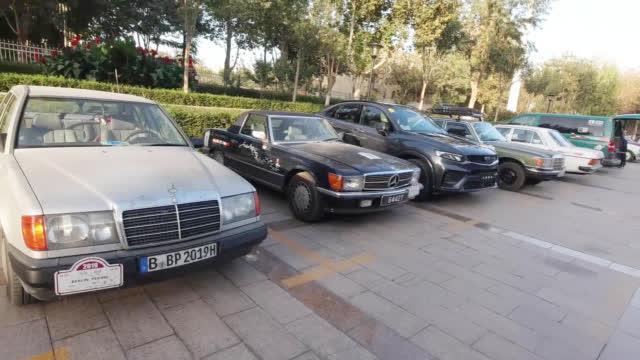 之前在吐鲁番,试驾星越,回酒店,看到停车场上一队老爷车,真不错