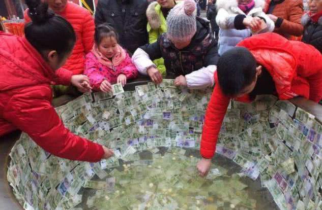 动物园龟背粘竹筐,插国旗!诱导游客朝池子里投币,想钱想疯了