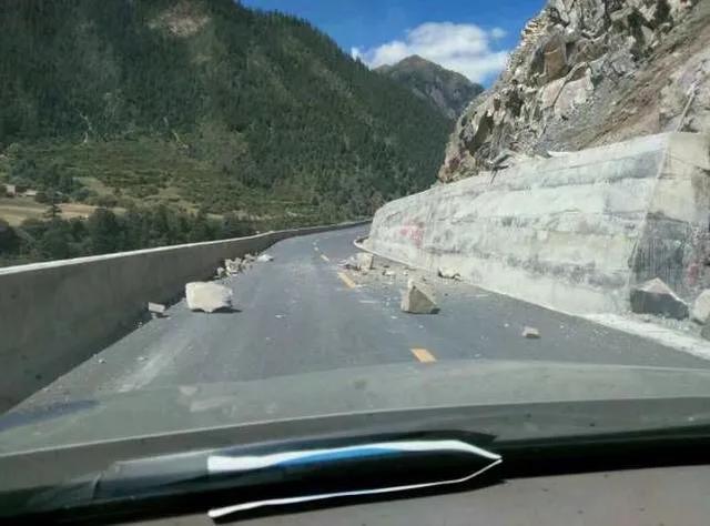 在高速上行驶偶遇石块时,是绕行还是撞?老司机:最后再只说一次