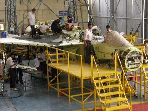印度战斗机生产商罢工,光辉战机无法满足需要,空军司令很尴尬