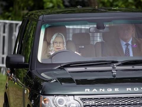 她无证驾驶79年,无一人敢阻拦,交警见到也要敬礼!