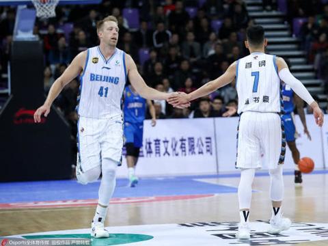 首钢打出团队篮球轻取江苏,雅尼斯肯定林书豪表现
