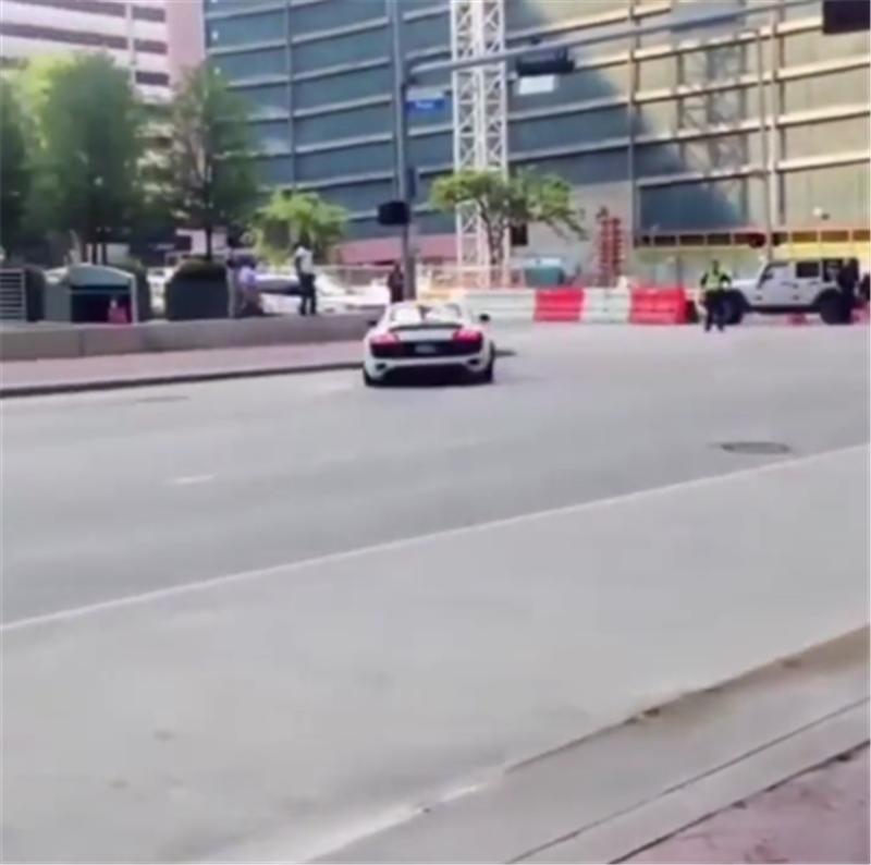 奥迪R8街头飙车,3.9秒破百,车主未能驾驭它,车损6位数