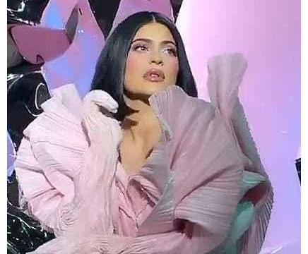 """凯莉·詹娜穿黑色香奈儿和""""暮光女""""撞衫,要和男友特拉维斯复合"""