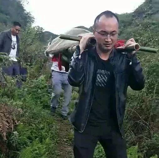 【新闻速读】彝良一男子吃野生菌中毒,4扶贫干部竹竿抬行2.5公里就医