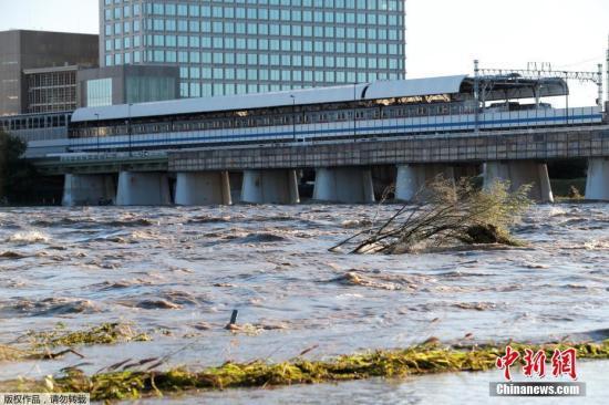"""10月13日动静,权力微弱的本年第19号台风""""海贝思""""12日薄暮登岸日本中部,形成年夜里积毁坏。"""