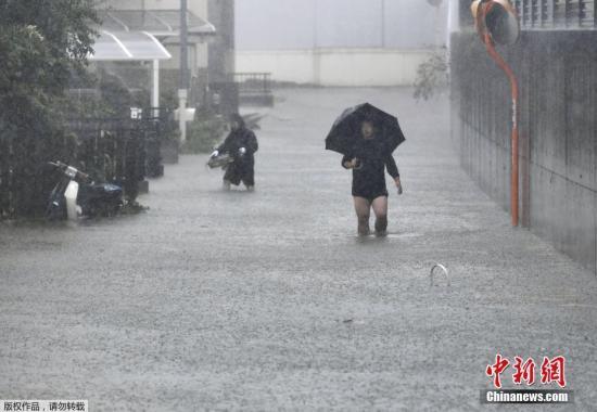 本地工夫10月12日,日本静冈县,台风带去暴雨气候,门路被积火吞没。