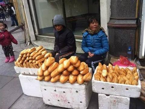 实拍越南女摊贩所卖商品,有种纪念品中国游客绝对不会买