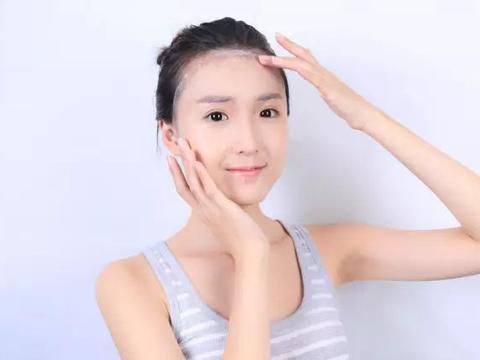 女人洗完脸,别急着敷面膜!先做好这2件事,精华液才不会浪费
