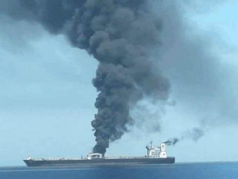 伊朗油轮遭遇数枚导弹袭击,发生剧烈爆炸,背后主谋究竟是谁?