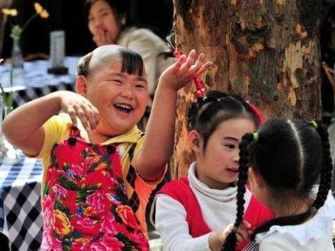 揪辫子、撩裙子,小女生被闹哭,家长却一笑了之:小孩子不懂事