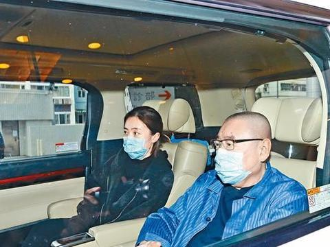 68岁刘銮雄坐轮椅出院脸色苍白,小29岁娇妻甘比搀扶上车