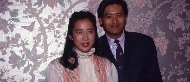 霍启刚母亲与丈夫甜蜜逛街,或是另一对郭晶晶与霍启刚