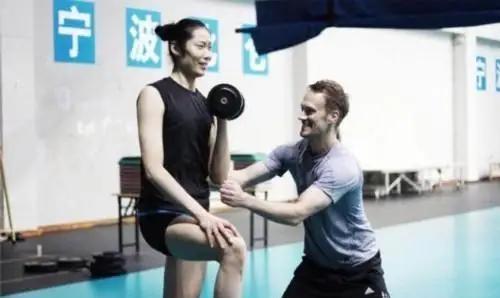追到美女女排不难,比如你成为体能师。女排国手远嫁荷兰幸福生活
