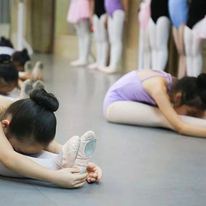 心痛!7岁女孩舞蹈课练下腰,伤到脊髓高位截瘫!妈妈在医院直接崩溃……