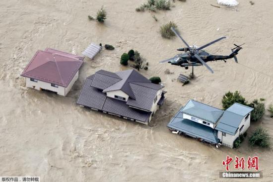 图为航拍台风登岸后,日本少家被河火吞没的住民区。