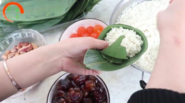 教你在家包粽子,2个小技巧,粽子不夹生,不漏米,方法超简单