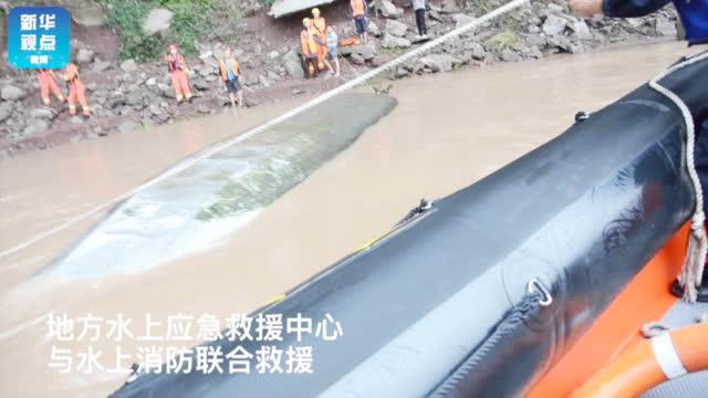 嘉陵江一渔船翻覆 水上应急救援成功救起两人