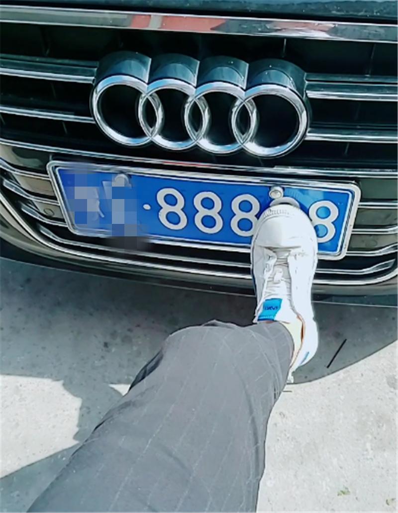 """炫富又有新方式!奥迪车主自称""""鞋脏"""",拍摄时把连号车牌也秀了"""