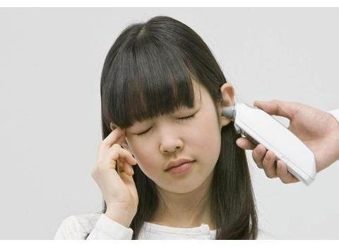 """4岁女童嘴角有白沫,竟是吃了""""干燥剂"""",医生:就得这么处理"""