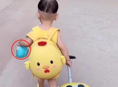 """两岁宝宝被亲妈""""赶出门,一脸淡定自若,网友:我穿尿不湿的怕谁"""