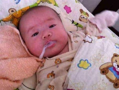 """为什么宝宝拍完嗝还会""""吐奶""""?拍嗝讲究方法,很多妈妈理解错了"""