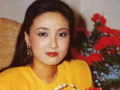 她二婚嫁给张国立,曾被前妻要求28年不生育,60岁终于成为母亲