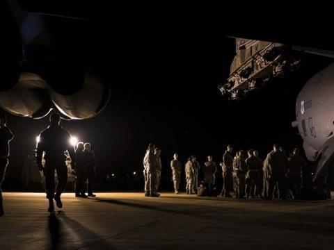 俄罗斯感到了头疼,美国出动一老迈战略轰炸机,准备随时翻脸
