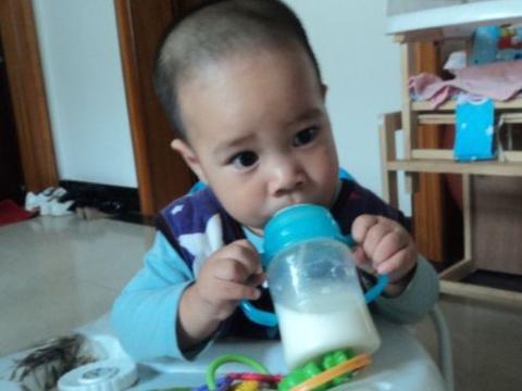 1岁娃不爱吃饭,儿科医生:纯母乳喂养太久,辅食吃的不恰当