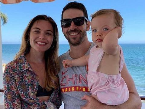 罗切斯特晒与家人合影,身穿中国篮球队T恤