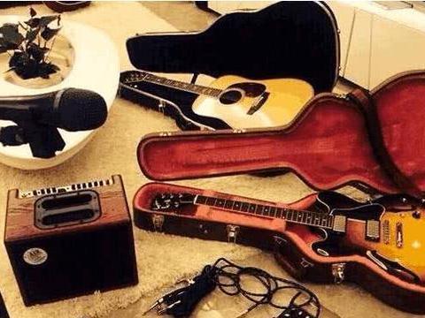 带你看看李小萌住的豪宅,家里配置独立音乐室,连吉他都好几把